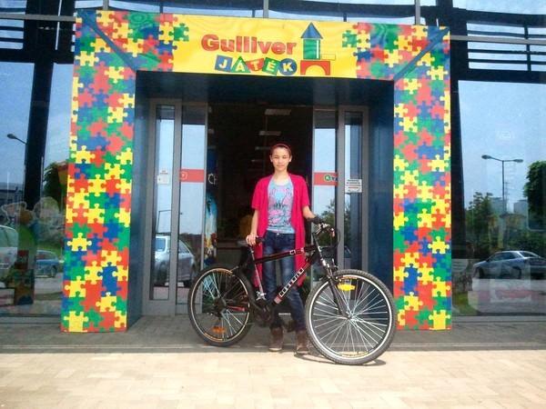Liu Vanessza peonza nyertes és a nyeremény kerékpár